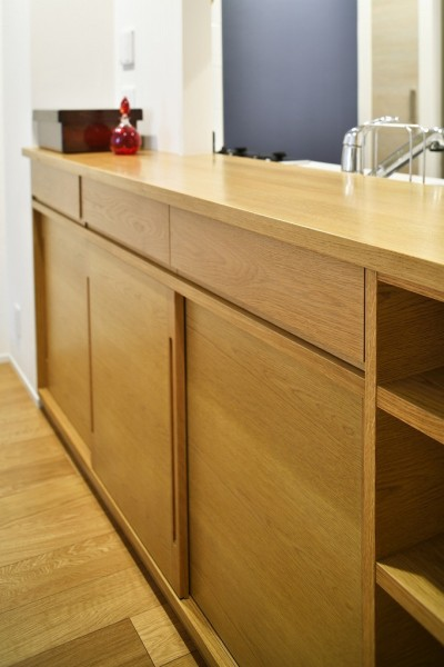 キッチンカウンター (お気に入りの家具との暮らし。活かすのは職人技の造作)