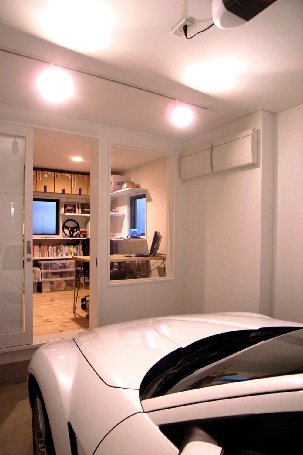 八千代の住宅 子育て世代のガレージハウス (インナーガレージから書斎を見る)