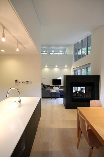 リビングダイニングとキッチン (富士山麓の別荘 カラマツ林の傾斜地に建つ別荘)