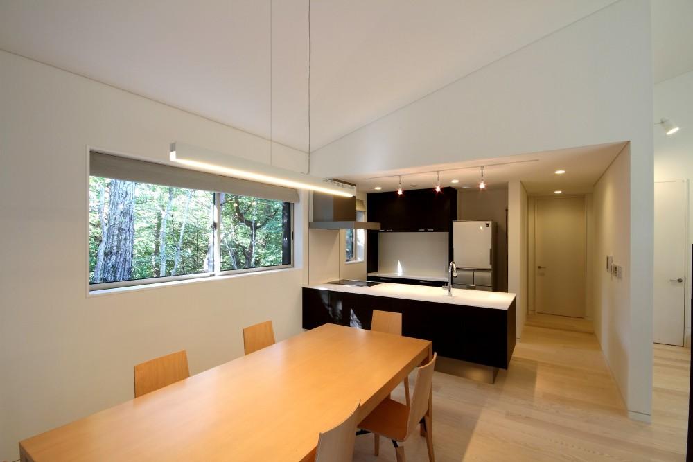 富士山麓の別荘 カラマツ林の傾斜地に建つ別荘 (リビングダイニングとキッチン)