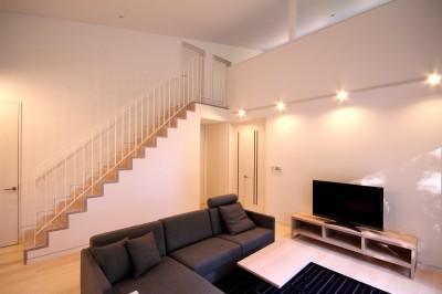 リビングの2階への階段 (富士山麓の別荘 カラマツ林の傾斜地に建つ別荘)