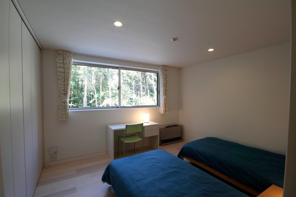 富士山麓の別荘 カラマツ林の傾斜地に建つ別荘 (ベッドルーム)