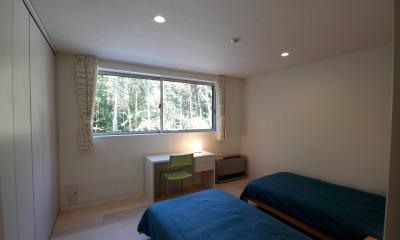 ベッドルーム|富士山麓の別荘 カラマツ林の傾斜地に建つ別荘