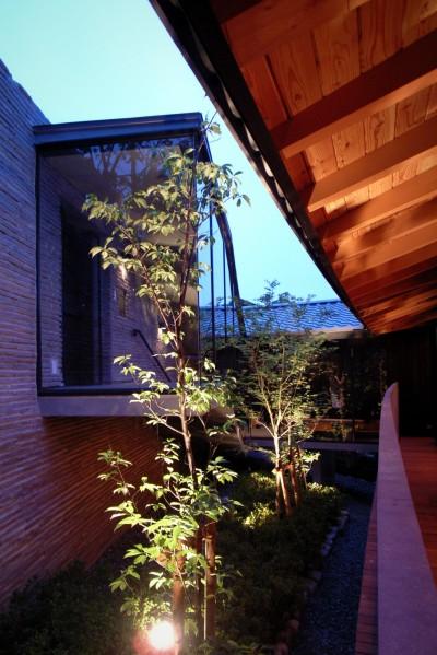 エントランスホールと階段 (雷山の別荘 絶景を楽しめる和モダンの別荘)