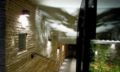 エントランスホールと階段|雷山の別荘 絶景を楽しめる和モダンの別荘