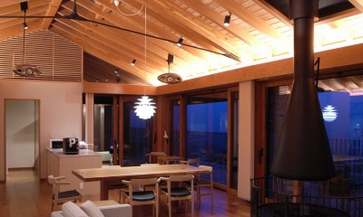 構造体の現されたリビングダイニング|雷山の別荘 絶景を楽しめる和モダンの別荘