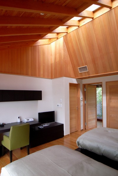 天井の高いメインベッドルーム (雷山の別荘 絶景を楽しめる和モダンの別荘)