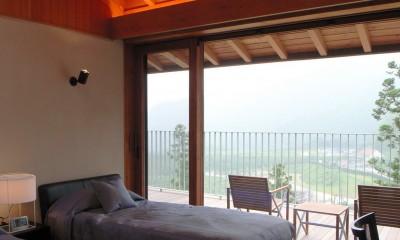 天井の高いゲストベッドルーム|雷山の別荘 絶景を楽しめる和モダンの別荘