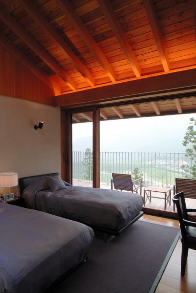天井の高いゲストベッドルーム (雷山の別荘 絶景を楽しめる和モダンの別荘)