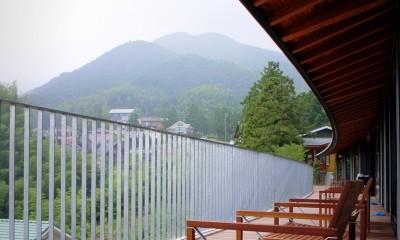 パノラミックなデッキスペース|雷山の別荘 絶景を楽しめる和モダンの別荘