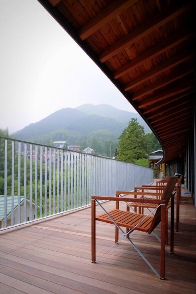 パノラミックなデッキスペース (雷山の別荘 絶景を楽しめる和モダンの別荘)