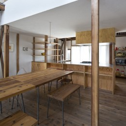 Renovation in Nekogahora / 天井と壁を取り払い構造補強により豊かさを得た住宅兼店舗 (ダイニングキッチン)