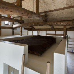 Renovation in Nekogahora / 天井と壁を取り払い構造補強により豊かさを得た住宅兼店舗 (寝室)