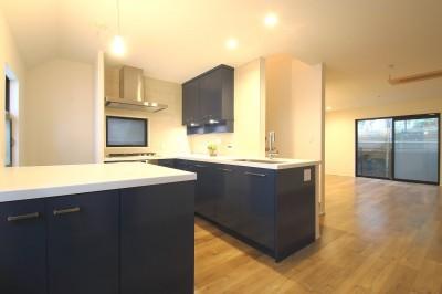 キッチン (L型キッチンがご自宅の中心に。家族で囲むゆったり団らんスペース)