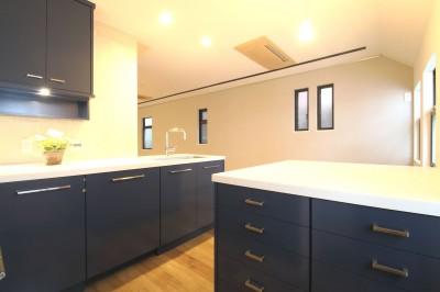 L型キッチンがご自宅の中心に。家族で囲むゆったり団らんスペース (キッチン)