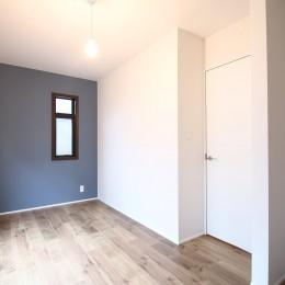 L型キッチンがご自宅の中心に。家族で囲むゆったり団らんスペース (子供部屋)