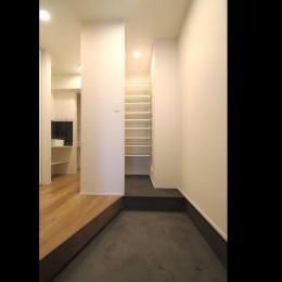 L型キッチンがご自宅の中心に。家族で囲むゆったり団らんスペース (玄関)