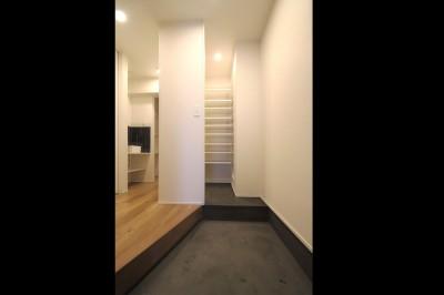 玄関 (L型キッチンがご自宅の中心に。家族で囲むゆったり団らんスペース)