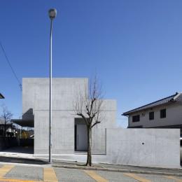 高台の家 –コンクリート打ち放し – (西からの外観)