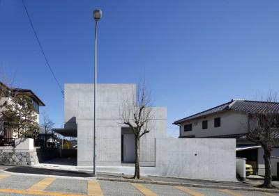 西からの外観 (高台の家 –コンクリート打ち放し –)