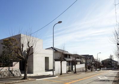 高台の家 –コンクリート打ち放し – (町並み)