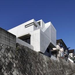 高台の家 –コンクリート打ち放し – (南東からの外観)