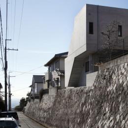 高台の家 –コンクリート打ち放し – (北東からの外観)
