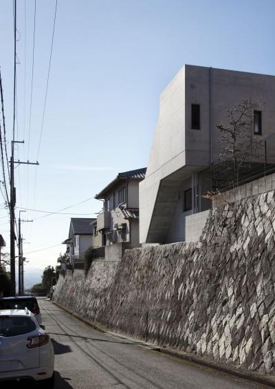 北東からの外観 (高台の家 –コンクリート打ち放し –)