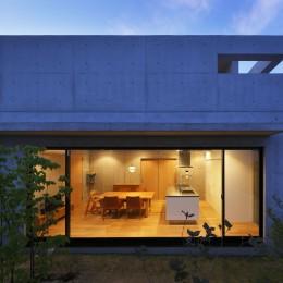 高台の家 –コンクリート打ち放し – (南からの夕景)