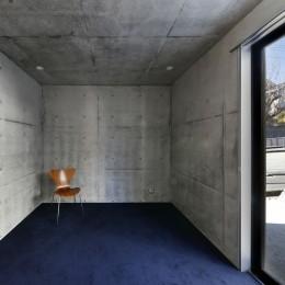 高台の家 –コンクリート打ち放し – (寝室)