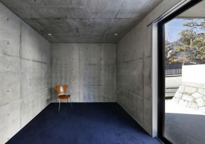寝室 (高台の家 –コンクリート打ち放し –)