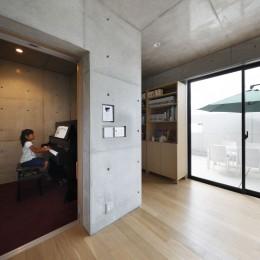 高台の家 –コンクリート打ち放し – (ピアノ室)