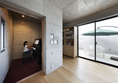 ピアノ室 (高台の家 –コンクリート打ち放し –)