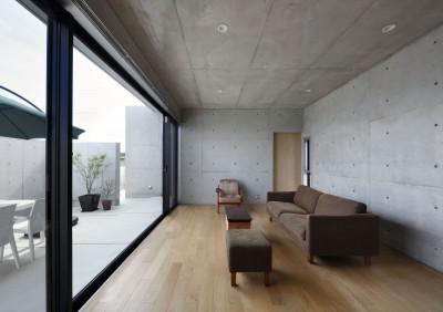 高台の家 –コンクリート打ち放し – (リビング)