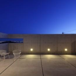 高台の家 –コンクリート打ち放し – (南の隣家を気にせず南東に広がる夜景を見下ろすバルコニー)