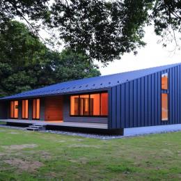佐倉の週末住宅 子育て世代の自然の中の週末住宅 (建物外観(南西からの夜景))