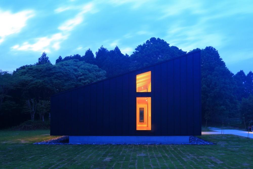 佐倉の週末住宅 子育て世代の自然の中の週末住宅 (建物外観(南からの夜景))