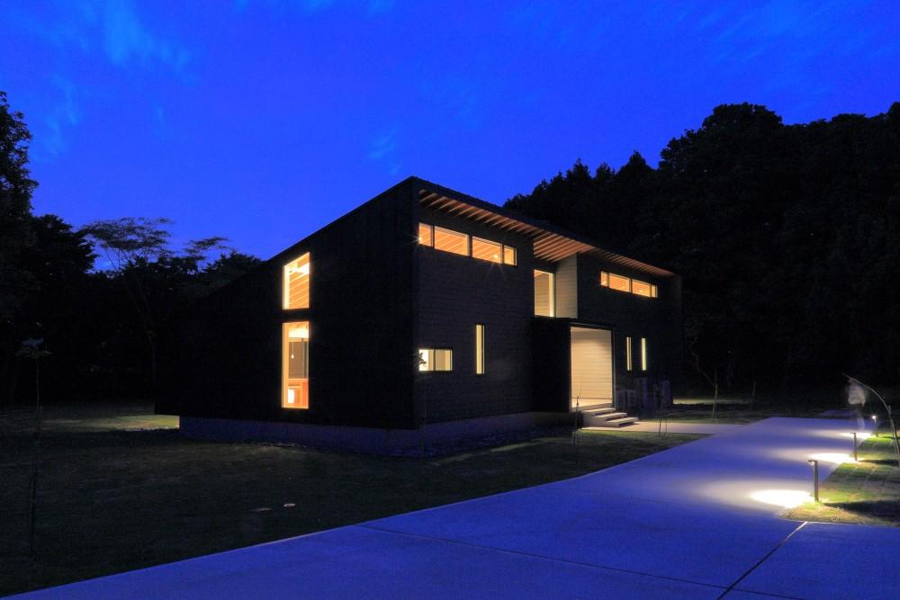 佐倉の週末住宅 子育て世代の自然の中の週末住宅 (建物外観(南東からの夜景))