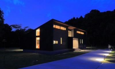建物外観(南東からの夜景)|佐倉の週末住宅 子育て世代の自然の中の週末住宅
