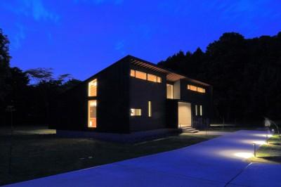 建物外観(南東からの夜景) (佐倉の週末住宅 子育て世代の自然の中の週末住宅)