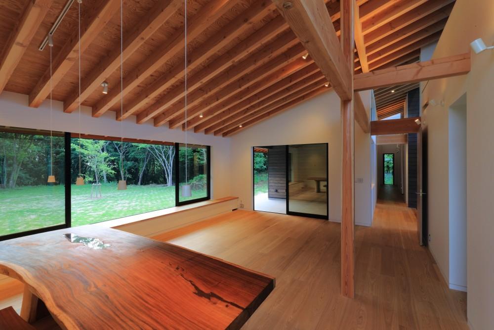 佐倉の週末住宅 子育て世代の自然の中の週末住宅 (リビングダイニングと貫通廊下)