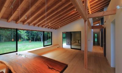 リビングダイニングと貫通廊下|佐倉の週末住宅 子育て世代の自然の中の週末住宅