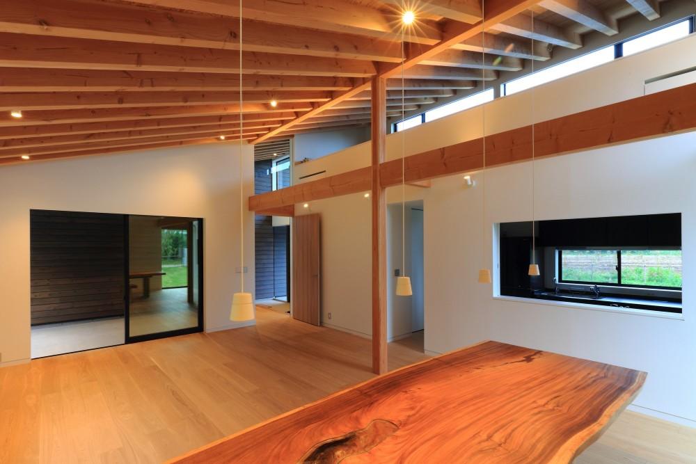 佐倉の週末住宅 子育て世代の自然の中の週末住宅 (リビングダイニングとキッチン)