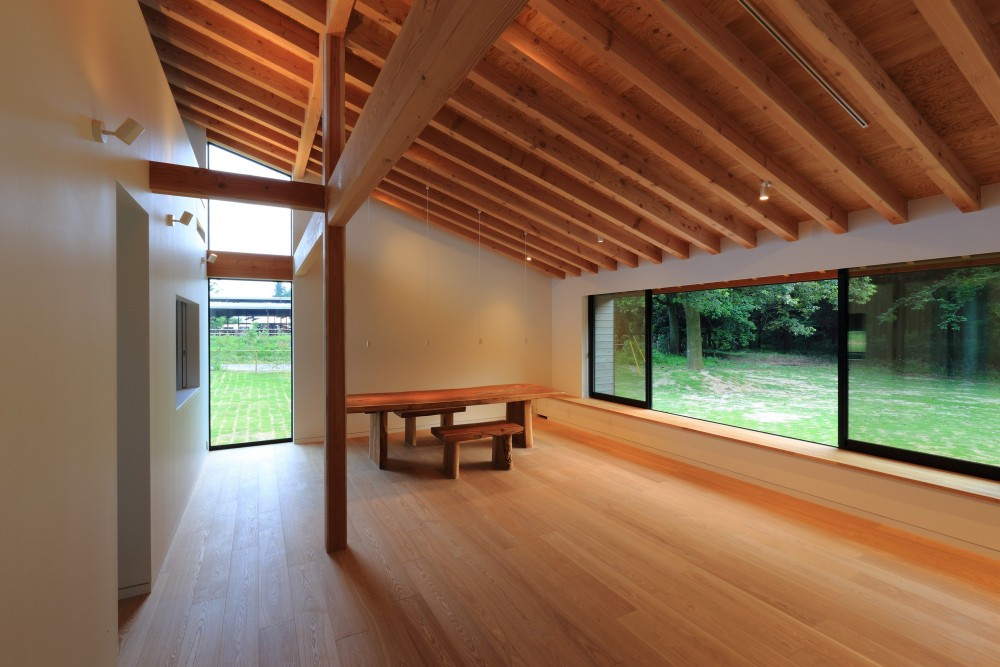佐倉の週末住宅 子育て世代の自然の中の週末住宅 (リビングダイニングと窓の外の芝生広場)