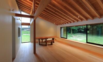 リビングダイニングと窓の外の芝生広場|佐倉の週末住宅 子育て世代の自然の中の週末住宅