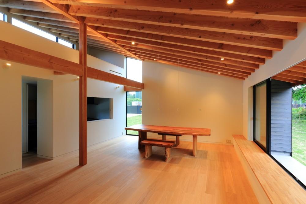 佐倉の週末住宅 子育て世代の自然の中の週末住宅 (リビングダイニングとロフト)