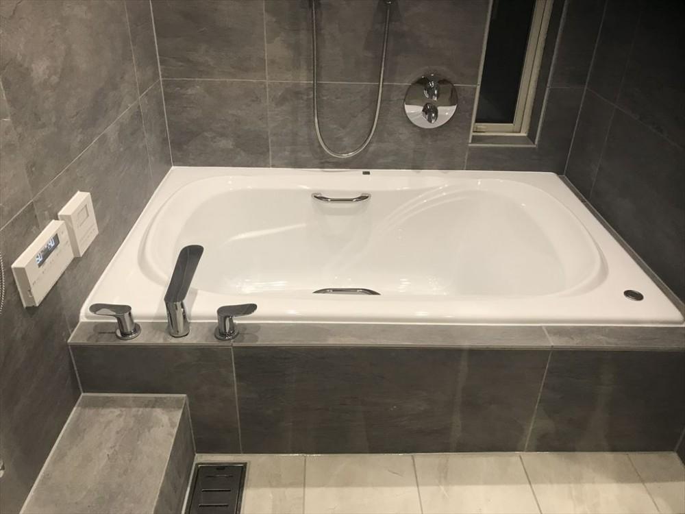 広いバスタブのあるこだわりの浴室 (浴室)
