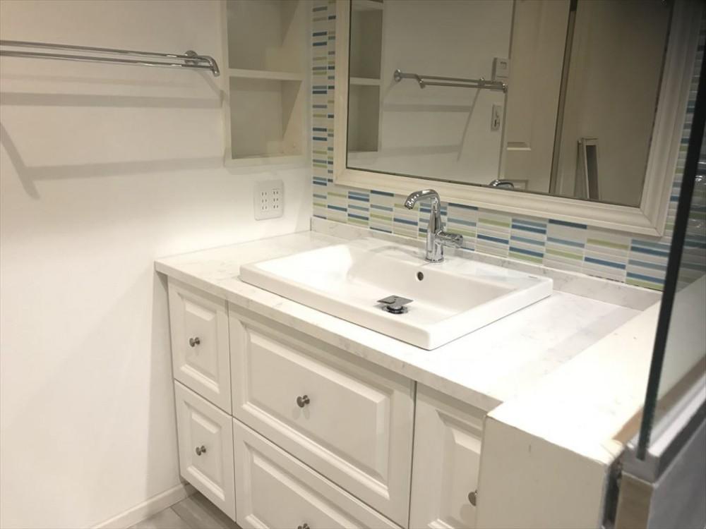 広いバスタブのあるこだわりの浴室 (洗面)
