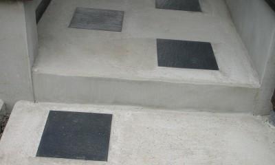 黒塗りの渋い民家 (アプローチの土間詳細)