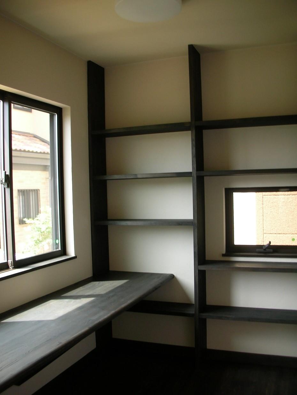 黒塗りの渋い民家 (ダイニング横の書斎コーナー)